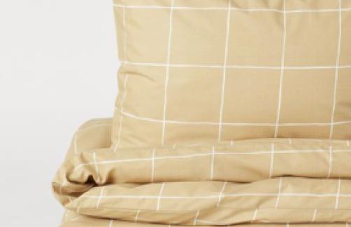 gelbe karrierte Bettwäsche auf einem Stapel