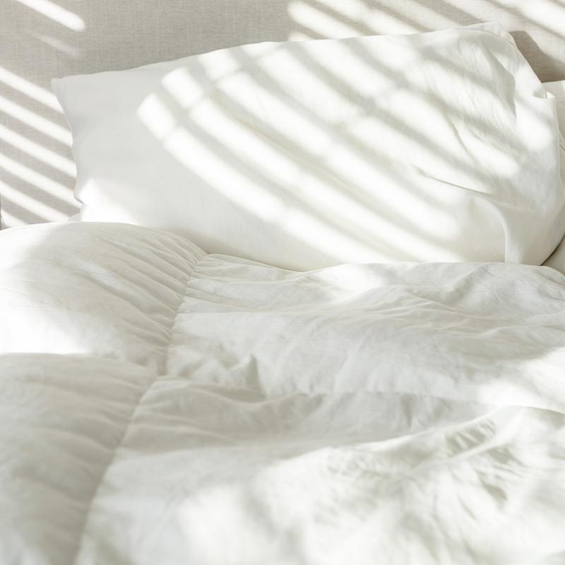 Bettdecken und Kissen auf einem Bett