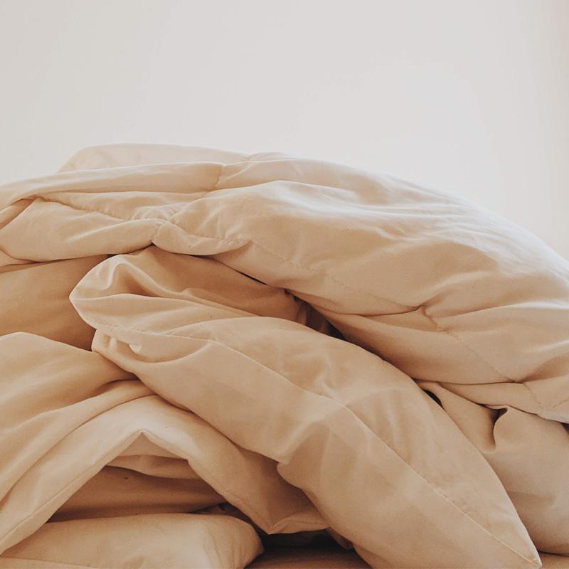 Bettwäsche auf einem Haufen im Bett