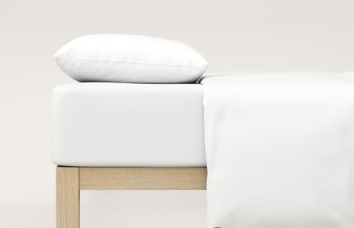 weißes Spannbettaken auf einem Bett
